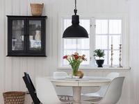Zestawy mebli do jadalni: biały stół i krzesła. Aranżacje białej jadalni