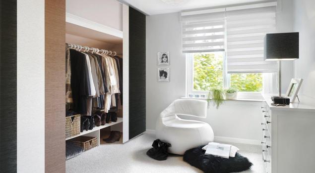 Sterylna aranżacja sypialni. Biała podłoga, meble i rolety