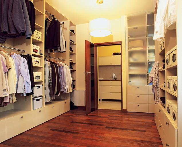 Jak urządzić garderobę? Meble do garderoby